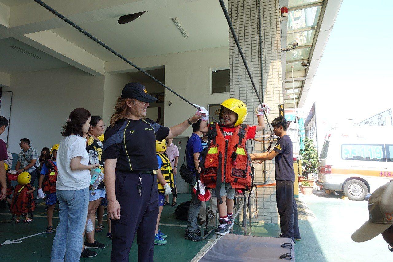 高市消防局第二大隊暑假期間舉辦親子消防體驗活動,設計各式闖關,小朋友穿上防護裝備...