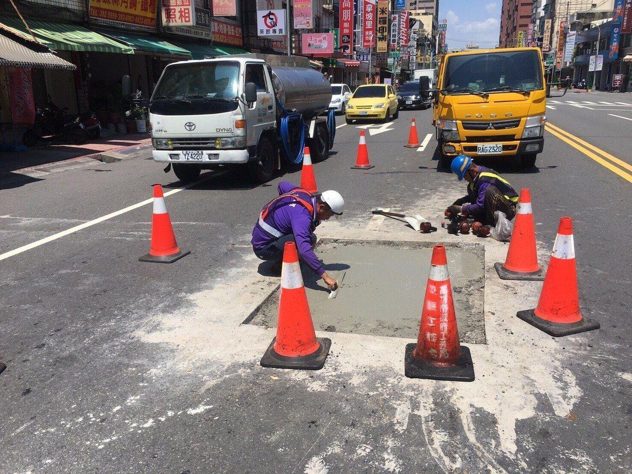 養護人員重新挖起再重舖,先挖成大正四方形,才夠札實。記者謝梅芬/翻攝