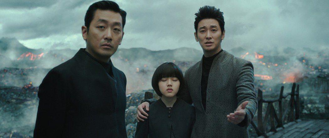 河正宇(左)主演電影「與神同行」在friDay影音創下極高點閱率。圖/friDa...