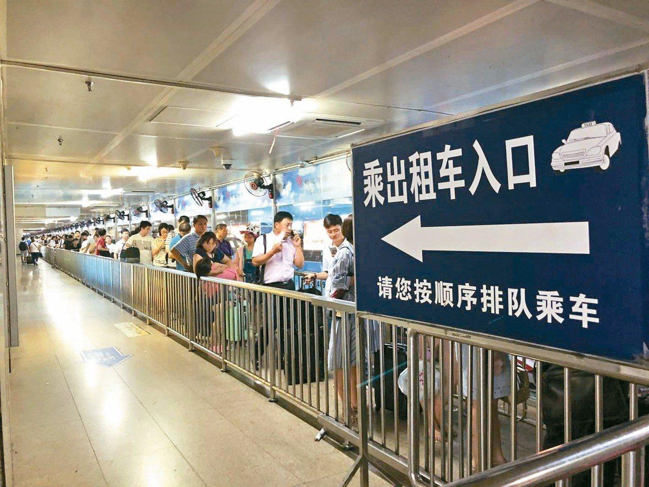 北京南站打車難,計程車排隊入口只有一個,上百名乘客在悶熱的環境中等車。 特派記者...