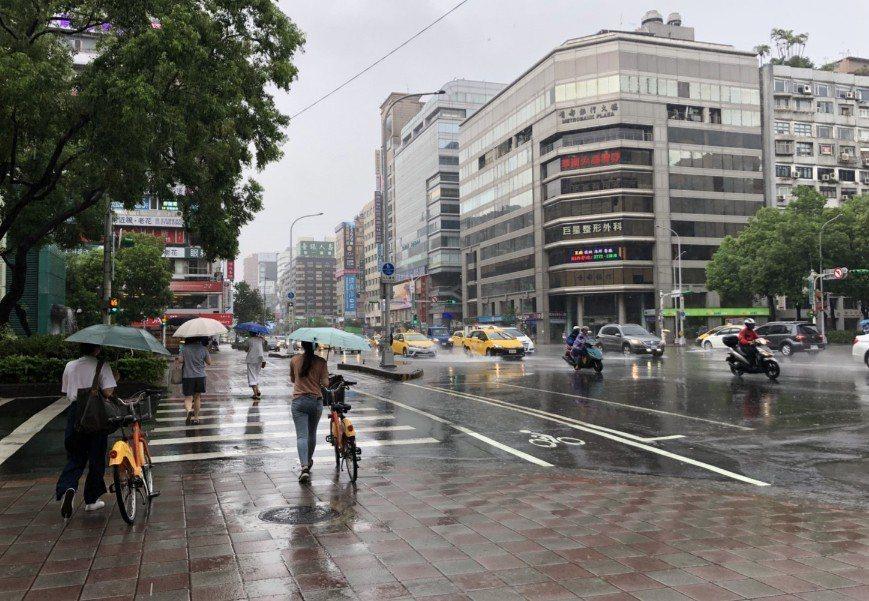 今天西半部中午過後西半部地區及東半部山區有局部短暫雷陣雨,外出記得攜帶雨具。記者...