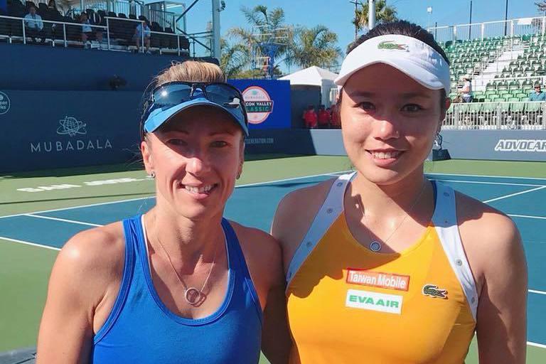 詹詠然(左)在史丹佛女網改與捷克43歲女將佩絲克(右)合作女雙,順利闖進冠軍賽。...