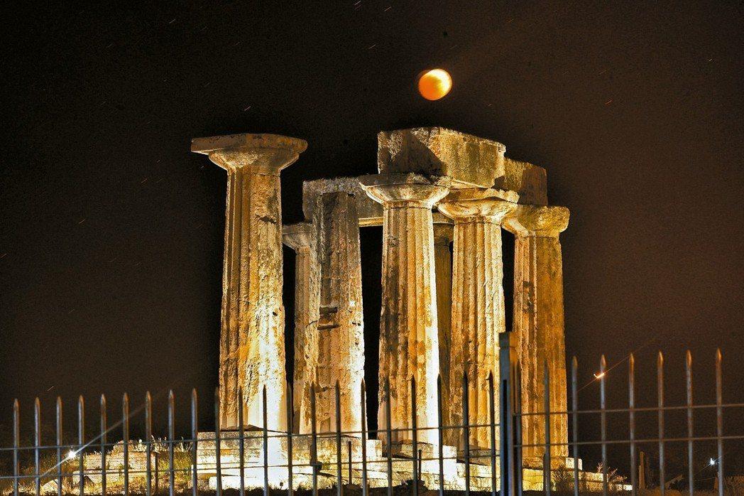 黯淡古銅色的「血月亮」高掛在希臘哥林多古城阿波羅神殿上空,更添詭秘神秘氣息。