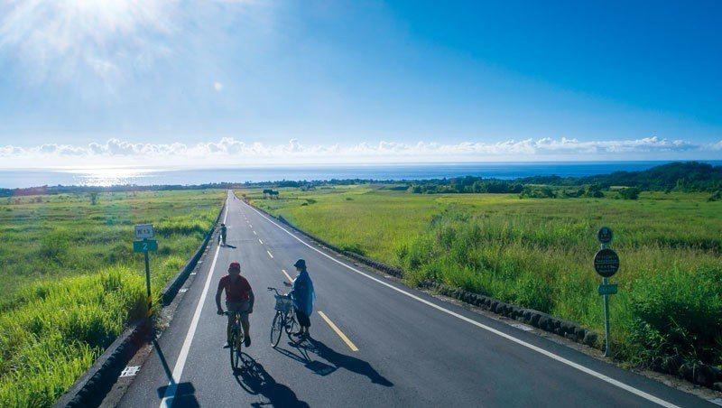 在金剛大道騎自行車,彷彿是游走在山與海之間一般,自然美景盡收眼底。 攝影者/王文...