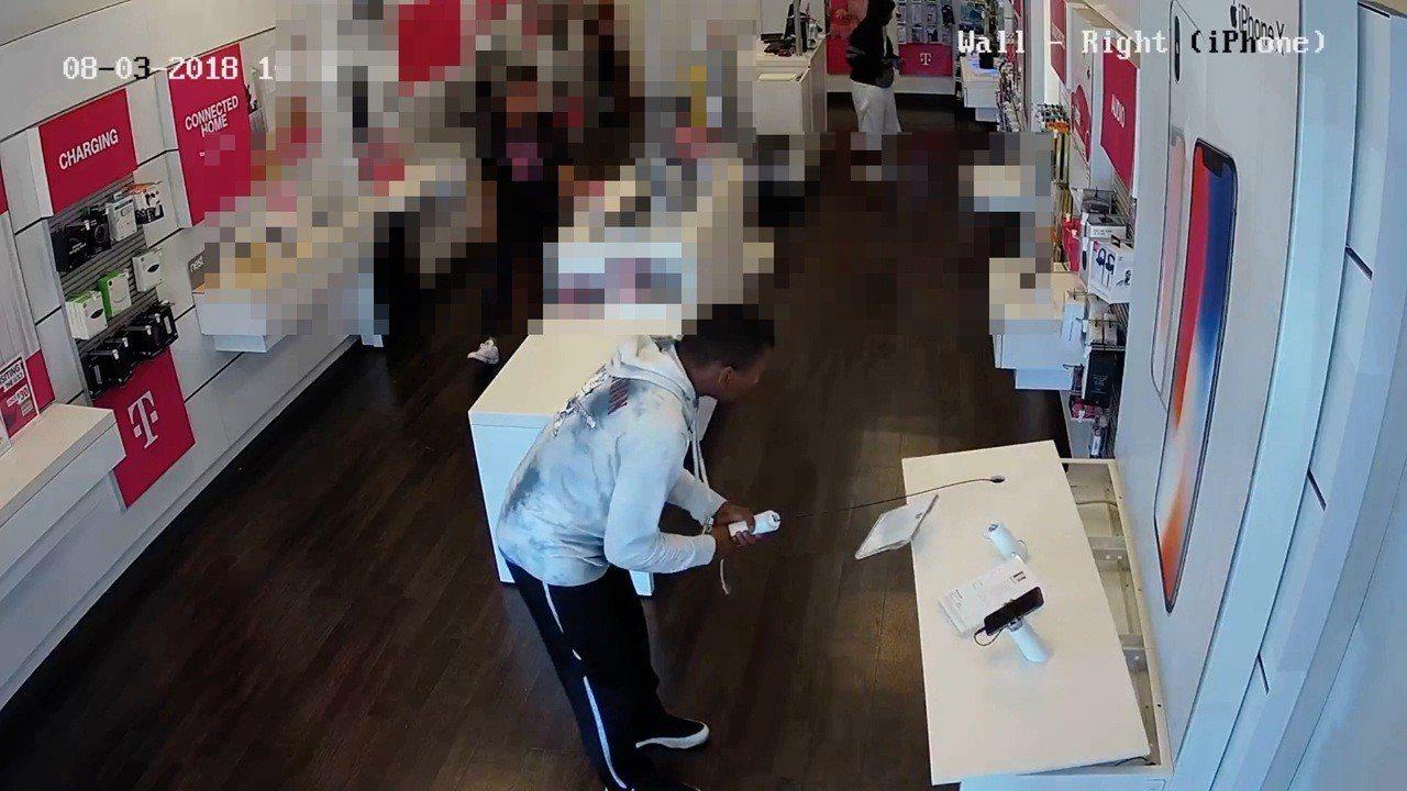 非裔雌雄劫匪,光天化日劫繁裔店。 圖擷自youtube