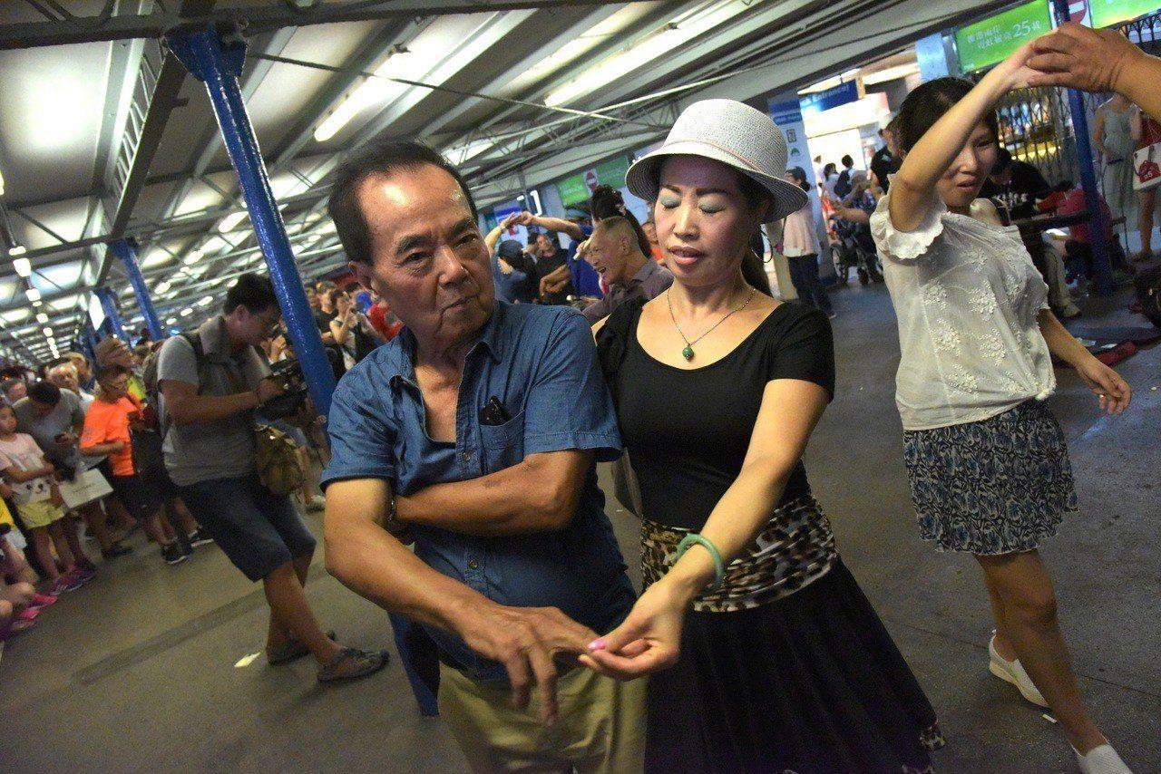 殺街首周末,天星碼頭人車爭路。 香港中國通訊社