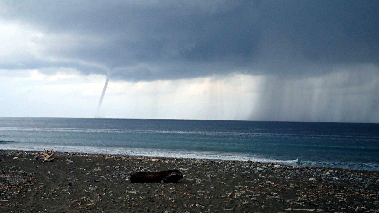 台東地區5日上午豔陽高照,下午4時過後,綠島附近的太平洋海面上陸續出現2次水龍捲...