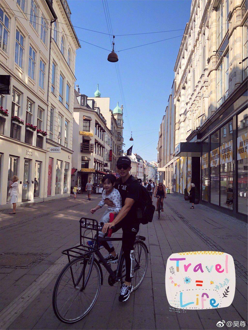 吳尊帶著兒子Max騎單車到處逛。 圖/擷自吳尊微博