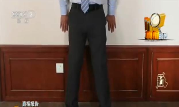 醫師教「靜蹲」,雙腳打開、與肩同寬,腳尖朝前,膝關節前側不能超過腳尖。取自微博