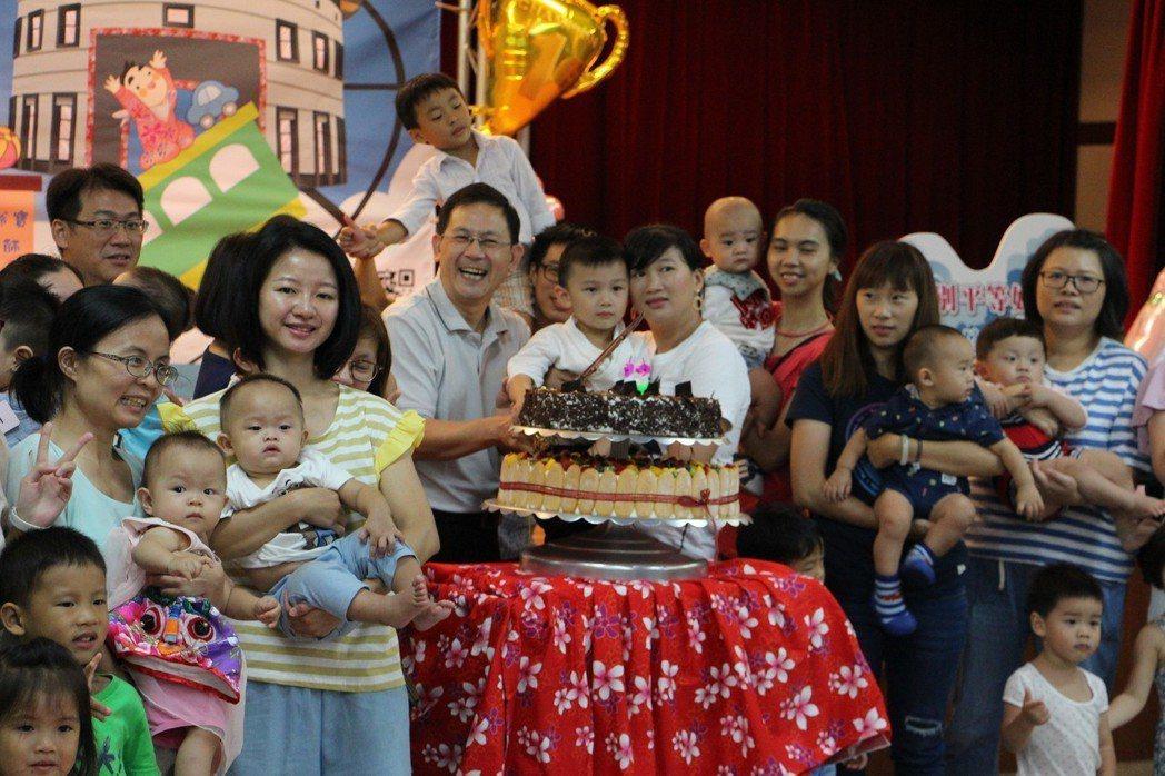 八月壽星寶寶切蛋糕。 新北客家局/提供。