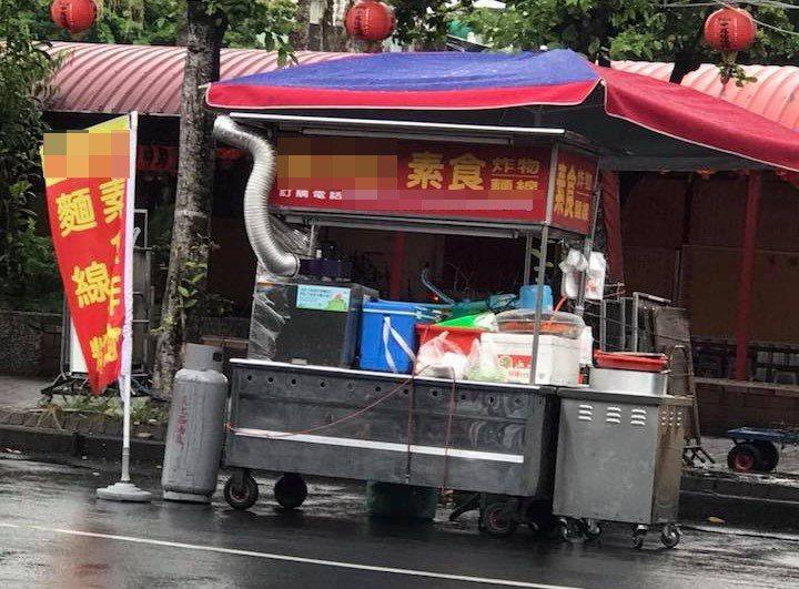發起自備容器就裝到滿的麵線糊攤商,因為有顧客拿電鍋來裝,讓他無奈宣布活動喊卡。 ...