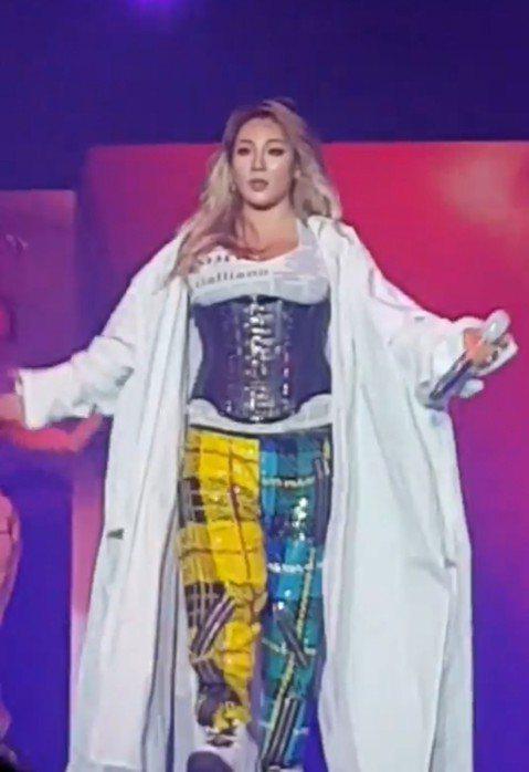 前2NE1隊長CL日前出國到新加坡演出,意外在機場被拍下身形發福的照片。YG娛樂澄清她身體健康無虞,4日晚間她在新加坡MTV hyperplay演唱會上霸氣登台,以黑色馬甲搭配亮片緊身褲,外搭白色長...