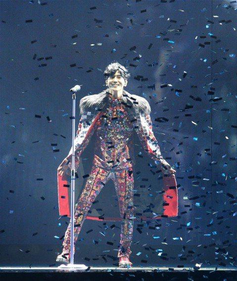 畢書盡(Bii)4日在高雄巨蛋舉辦「My Best Moment」演唱會,他來台打拚12個年頭,去年12月首度完成夢想站上台北小巨蛋,相隔8個月南下進攻高雄,1萬張售罄,進帳2200萬。他開場身穿重...
