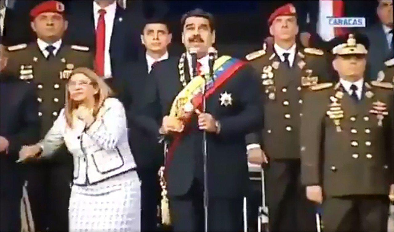 委內瑞拉總統馬杜洛4日在首都卡拉卡斯對國家衛隊發表演說時,遭到無人機炸彈攻擊,事...