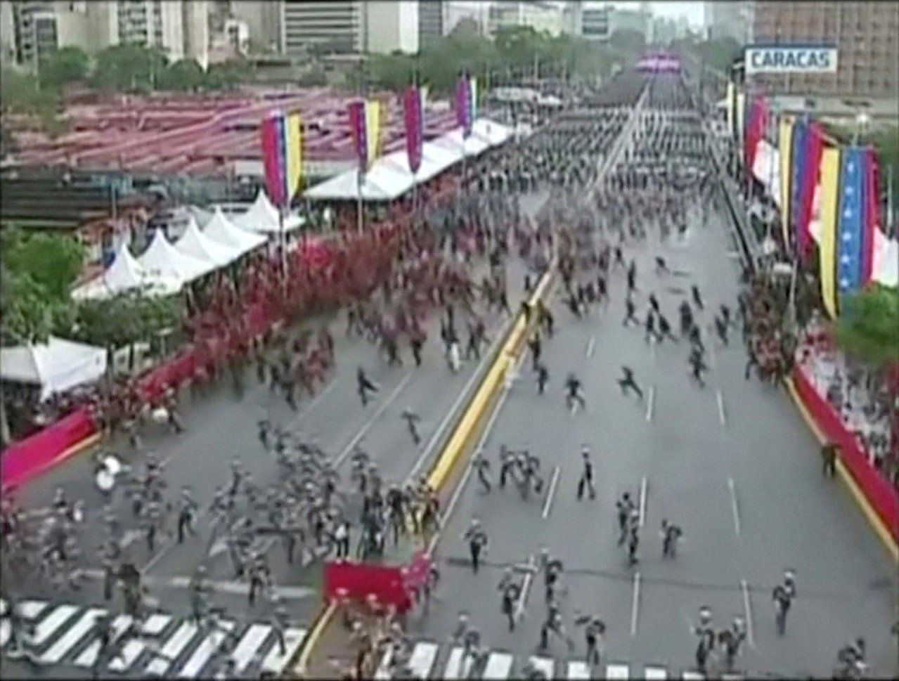 委內瑞拉總統馬杜洛4日在首都卡拉卡斯對國家衛隊發表演說時,遭到無人機炸彈攻擊,馬...