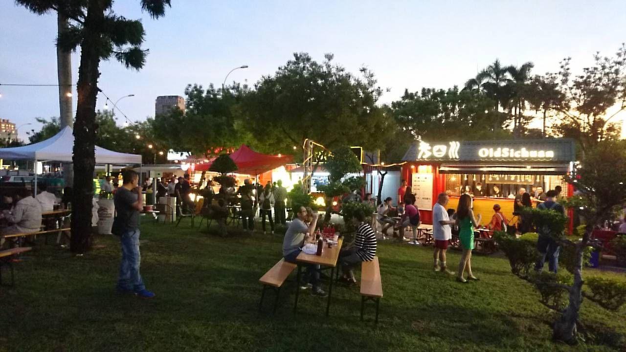 消費者可以選購輕食在草地上席地野餐觀賞表演,在誘人美食、唯美燈光、微醺啤酒和悅耳...