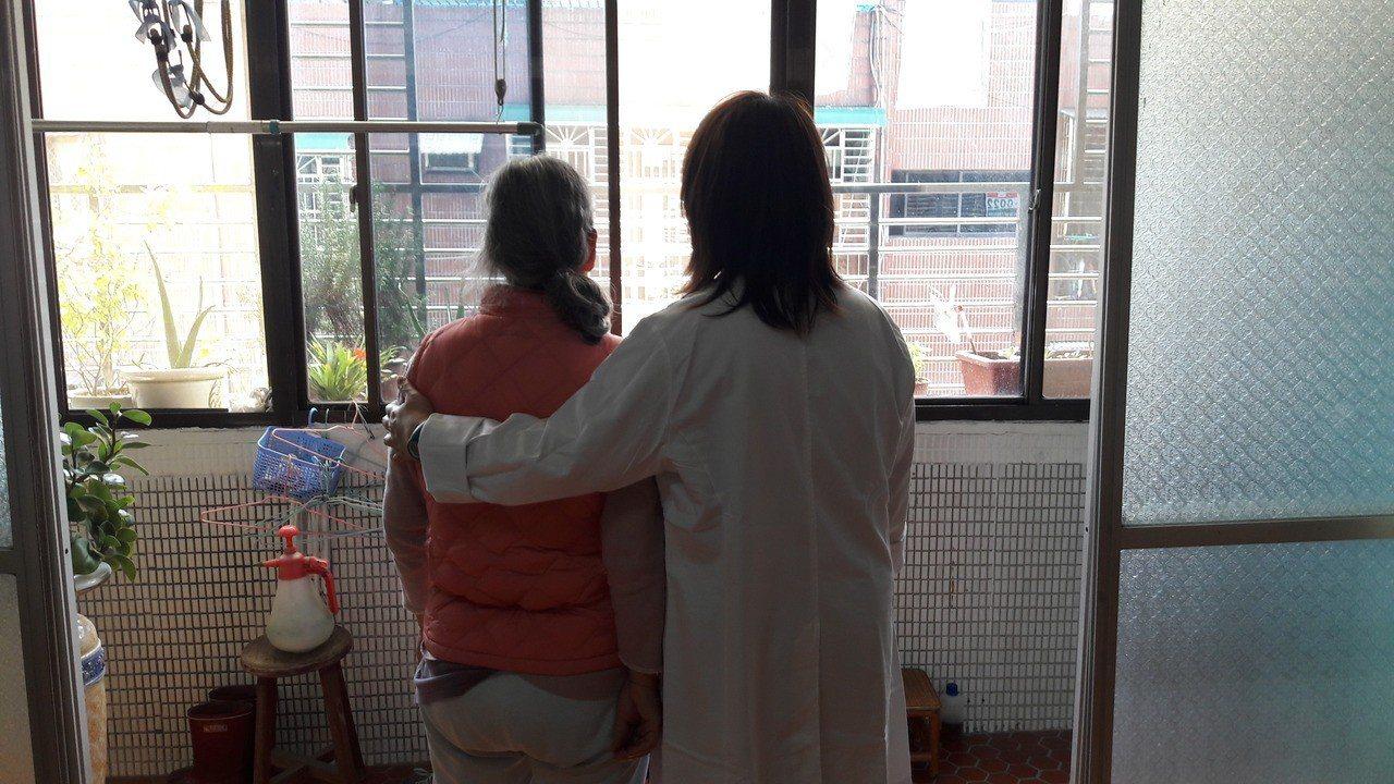 獨居長者長期在家,恐引發憂鬱、情緒低落等狀況,林口長庚醫院針對獨居長者提供關懷服...