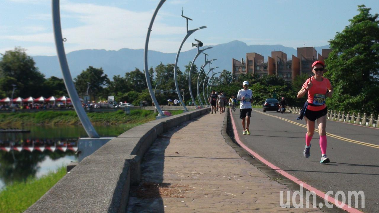 周末的蘭潭風景區相當熱血,許多人早起拚健康。記者王慧瑛/攝影