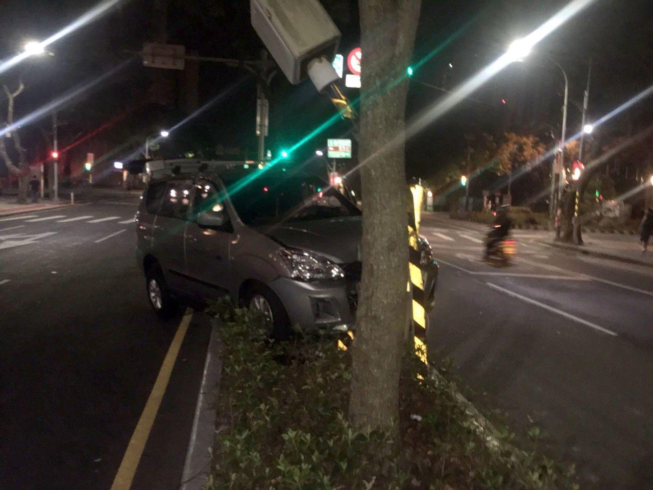 林口區仁愛路2段有1支固定式測速照相機,昨晚被人開車撞壞,網友的反應令人噴飯。記...