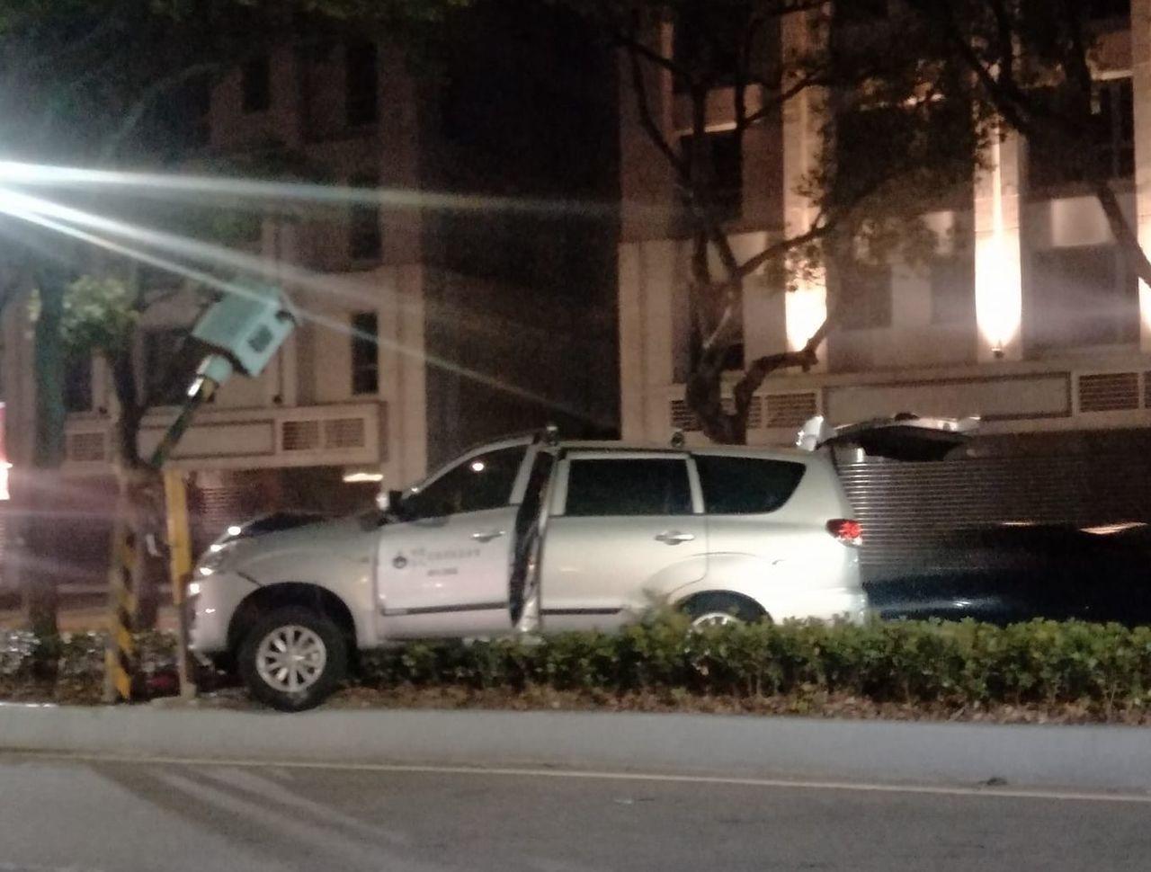 林口區仁愛路2段有1支固定式測速照相機,昨晚被人開車撞壞,網友的反應令人噴飯。圖...