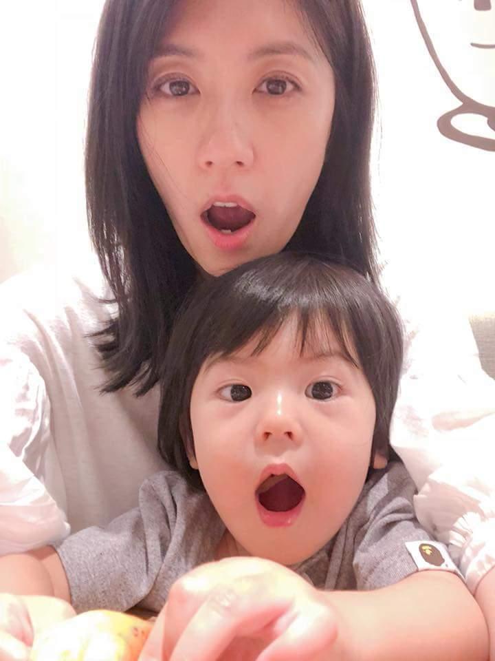 賈靜雯與Bo妞合照,網友竟發現臉蛋一樣大。圖/摘自臉書
