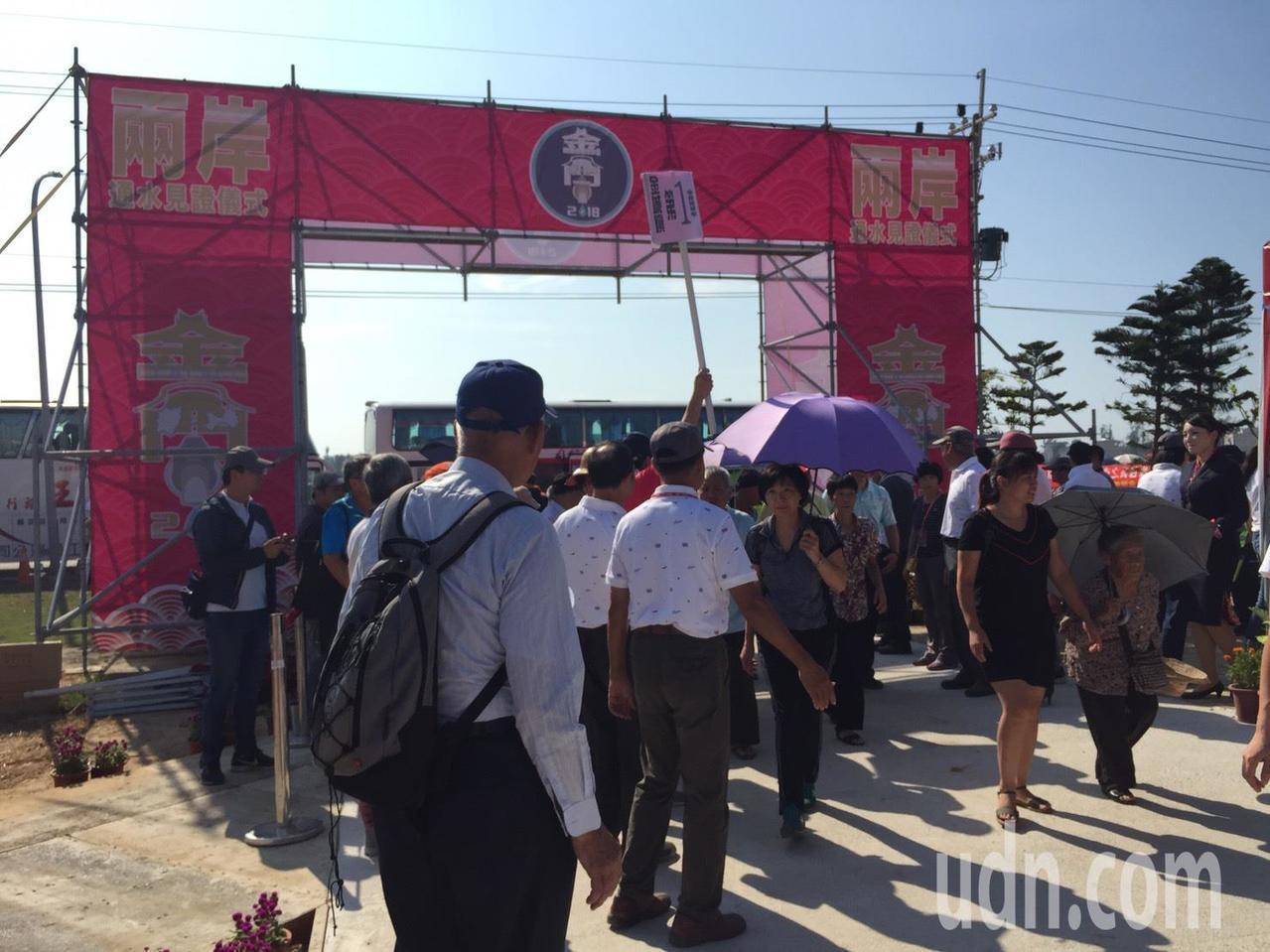 兩岸通水堪稱是金門大代誌,一早就有數千位鄉親蜂擁到現場參與。記者蔡家蓁/攝影