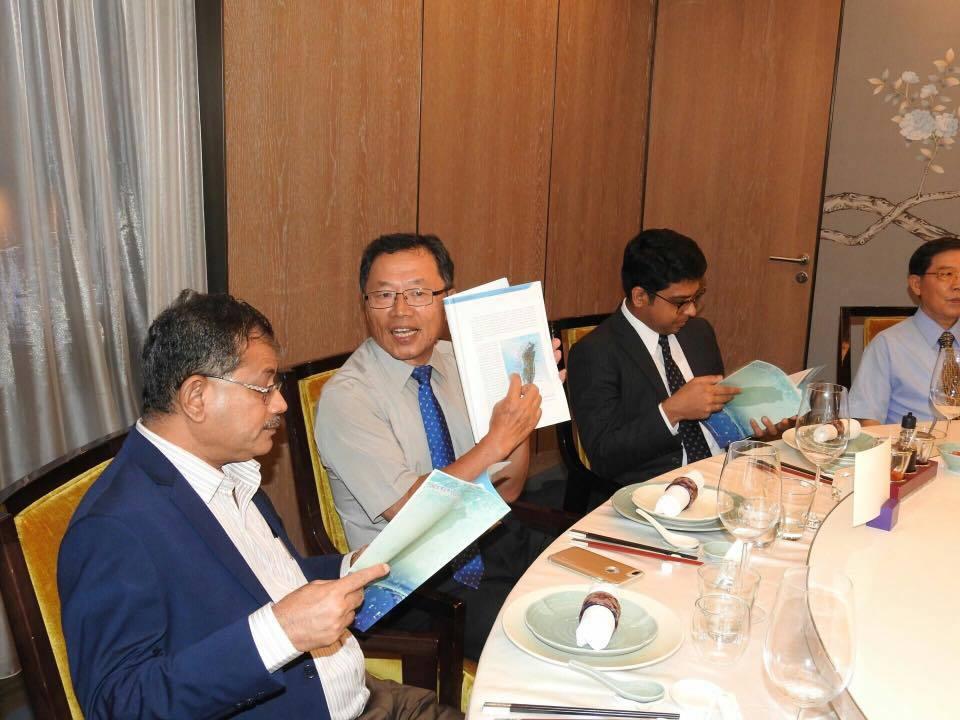 台灣自來水公司董事長郭俊銘(左二)向印度來訪官員介紹水公司的技術和成就。圖/摘自...