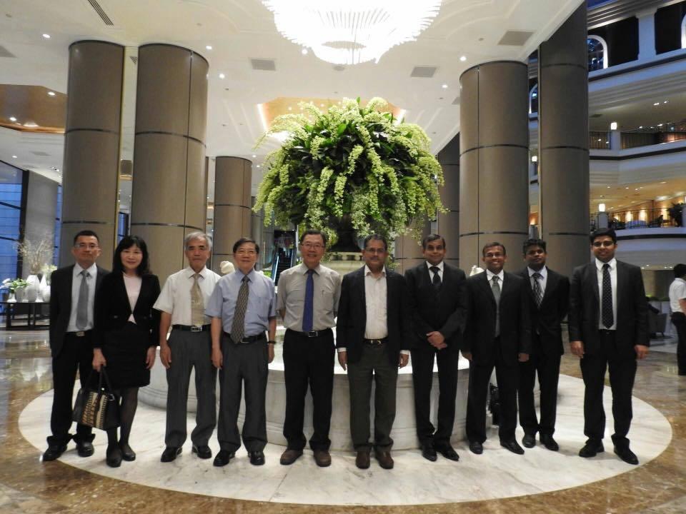 台灣自來水公司董事長郭俊銘(左五)接待印度來訪官員和企業人士,介紹水公司的技術和...