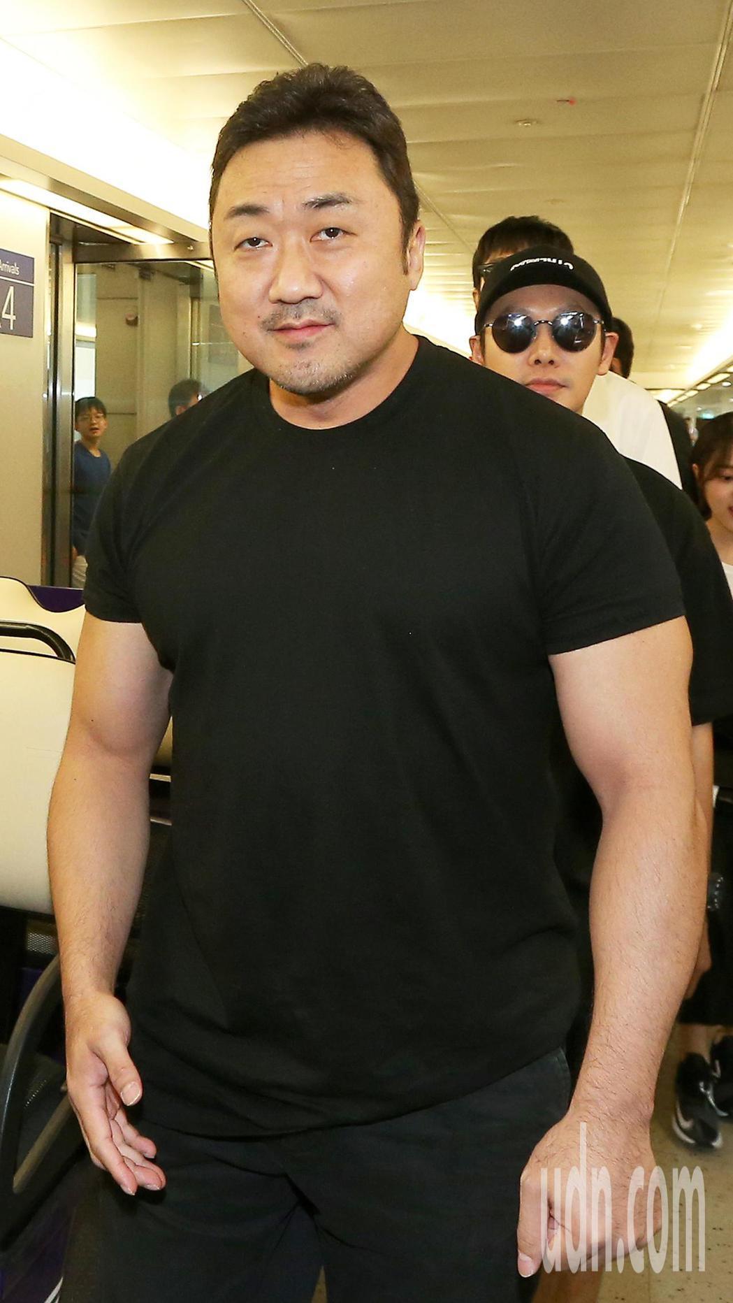 「與神同行2」主角馬東石,5日中午搭乘大韓航空公司班機抵達桃園機場。記者陳嘉寧/...