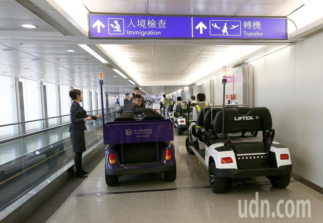 「與神同行2」劇組,5日中午搭乘大韓航空公司班機抵達桃園機場,劇組大手筆40多人...