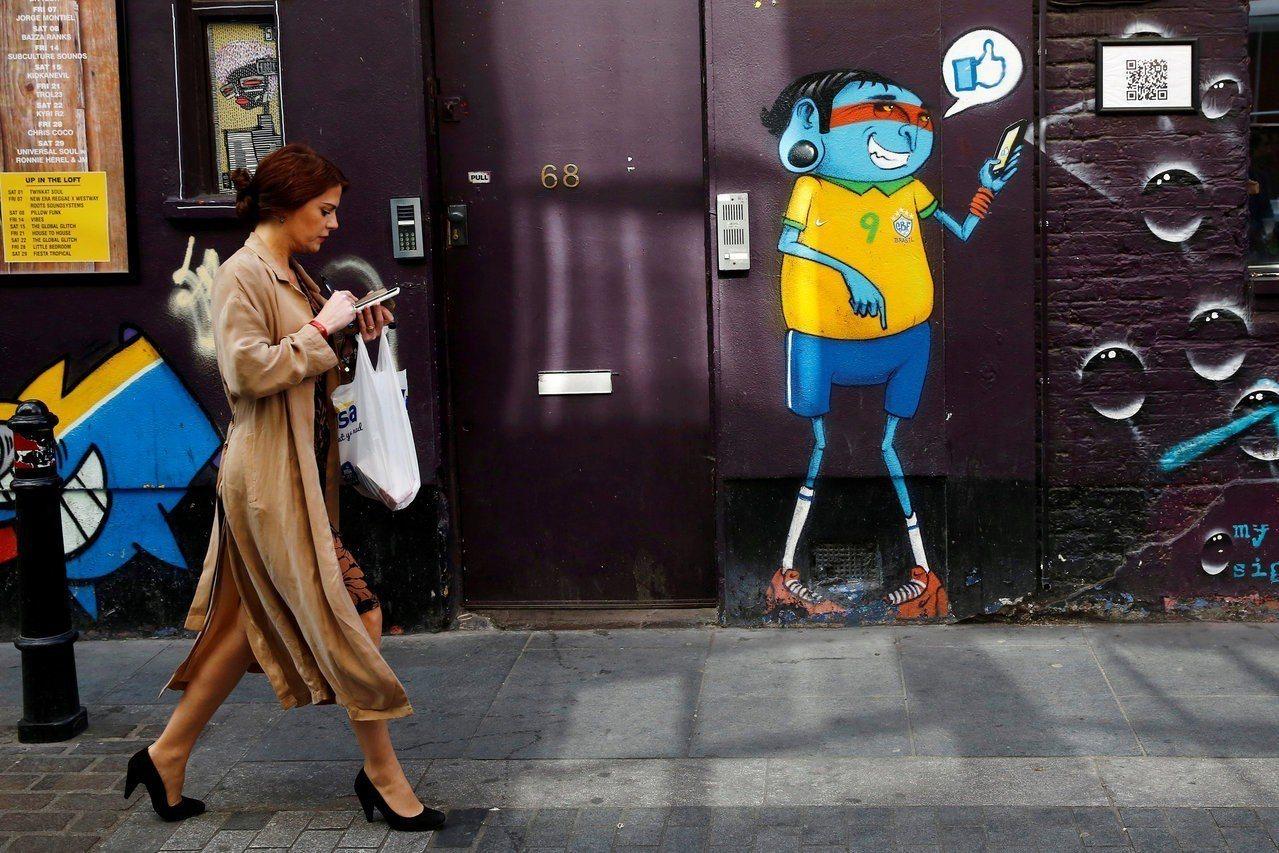 手機能帶來許多未知的新鮮感,使人沉迷其中。路透