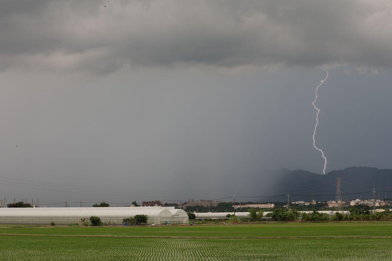 嘉義縣山區的局部性大雨及閃電美景。圖/張文良提供
