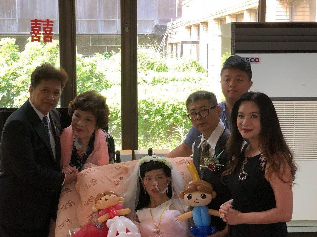 李朝永(左起)、阿姑周遊、應曉薇日前為前員工娶癌末新娘證婚。圖/市議員應曉薇辦公