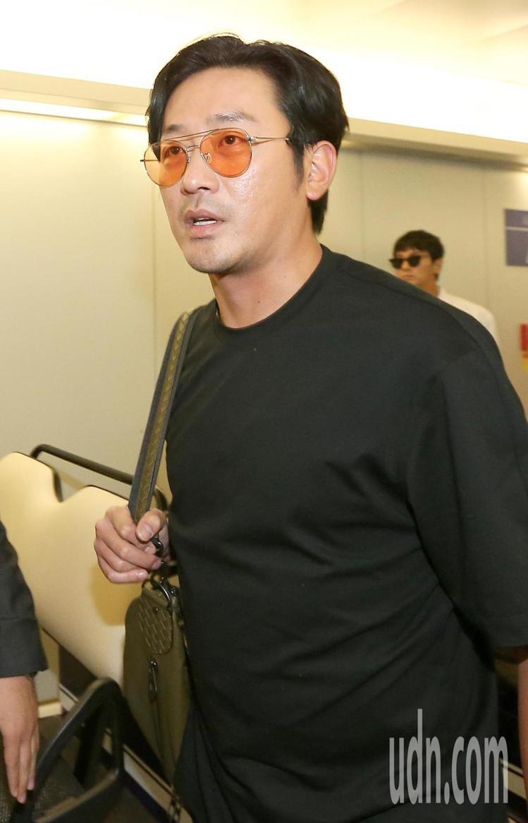 河正宇今日抵達台灣的機場穿搭依舊是以最愛的素面T恤為主,搭配Bottega Ve...