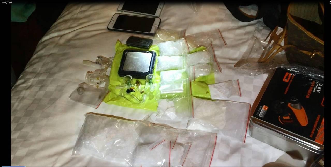 警方至汽車旅館臨檢,查獲大批毒品和手槍子彈。記者林昭彰/翻攝