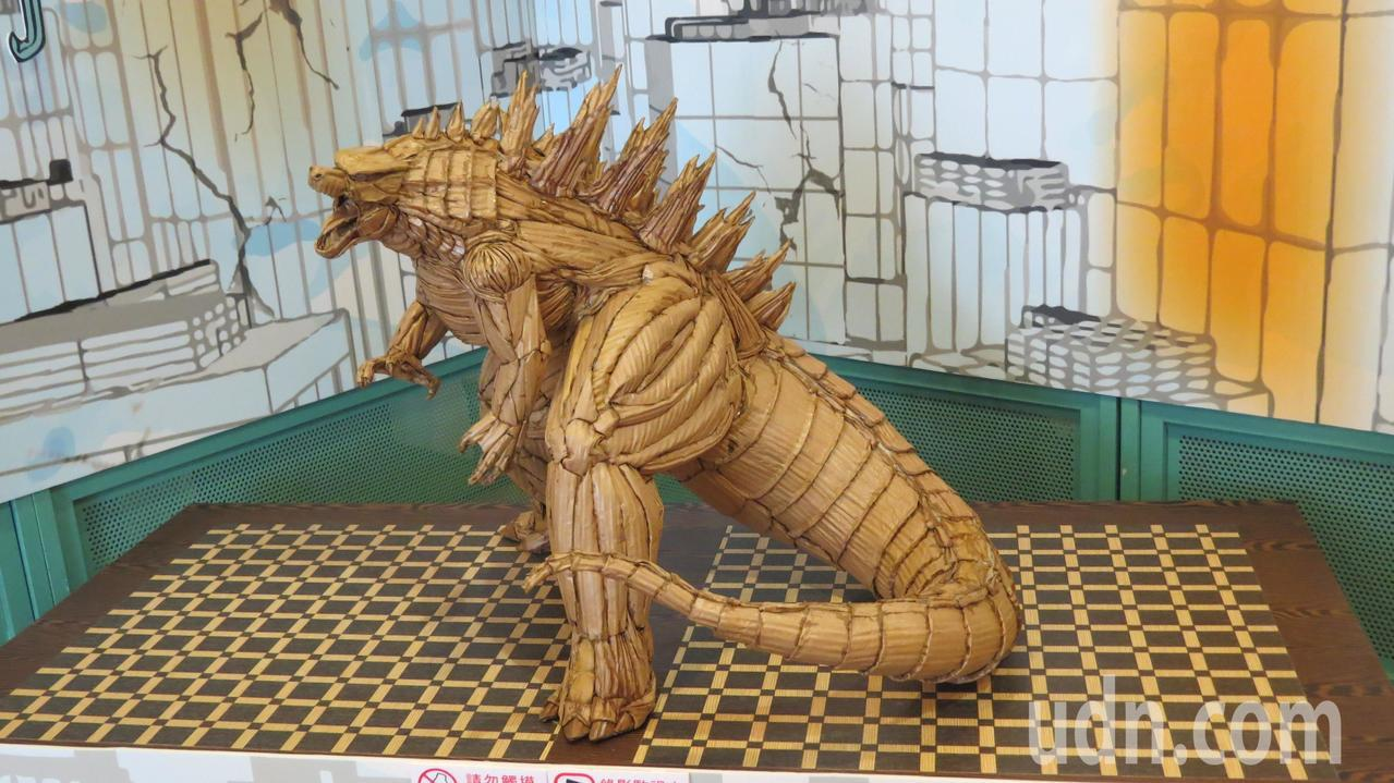 電影中的「哥吉拉」化身瓦楞紙雕創作,模樣可愛多了。記者范榮達/攝影