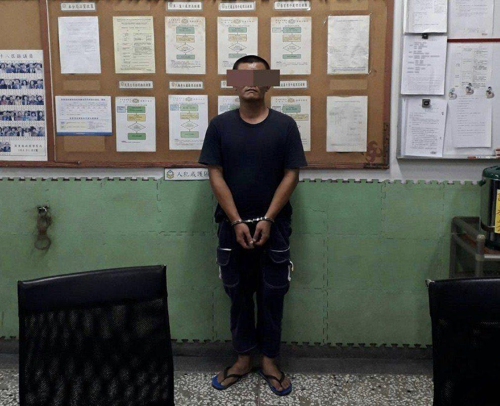 40歲的李姓男子日前因攜帶毒品被里港警方逮捕。記者蔣繼平/翻攝