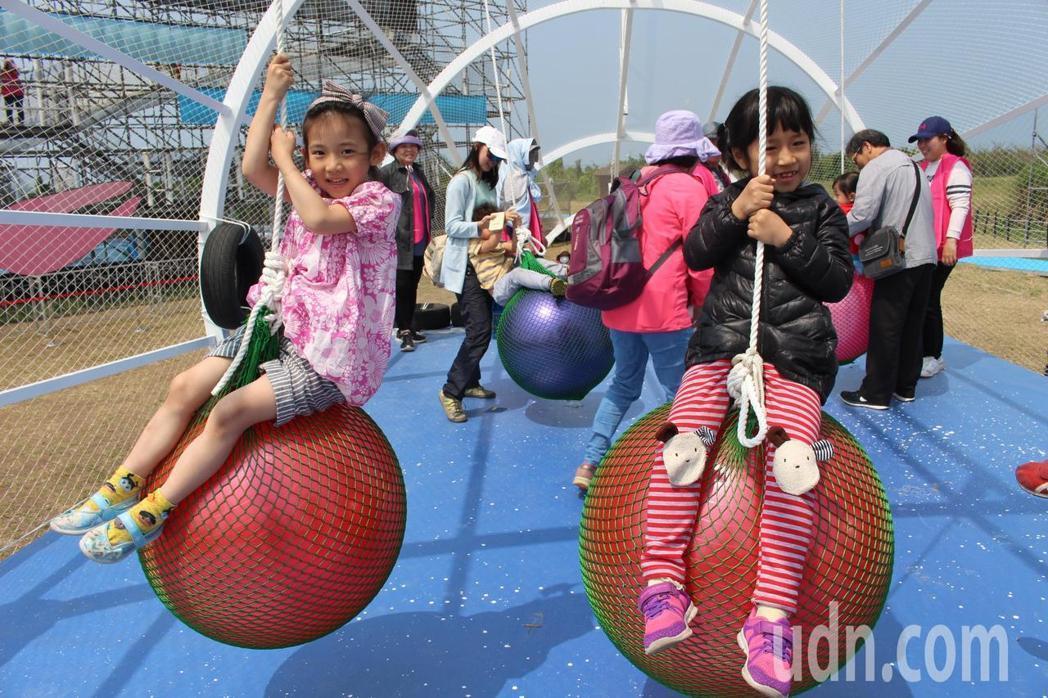 「搖擺大花」內部會有更多懸吊彩球讓大小朋友能攀附球體上盡情擺盪,現除進行結構加強...