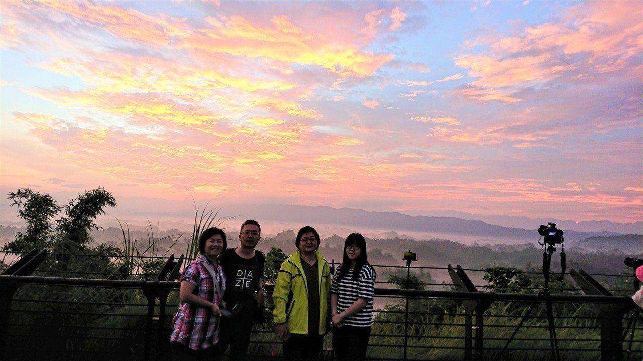 台南左鎮二寮日出火燒雲之美,令遊客驚喜。記者吳淑玲/攝影