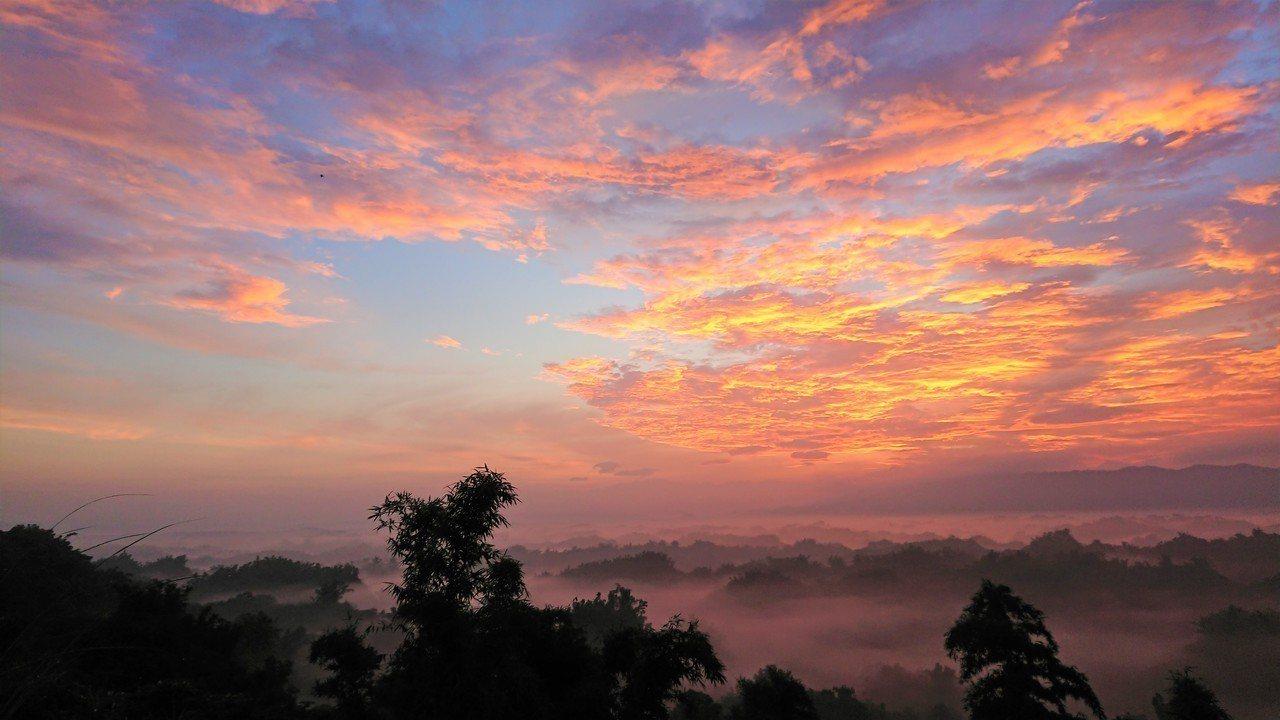 台南左鎮二寮日出火燒雲之美。記者吳淑玲/攝影
