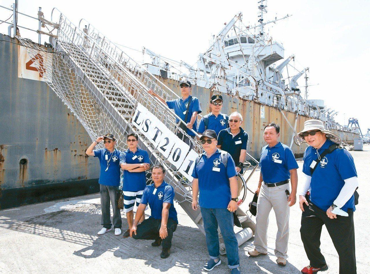 一群曾在中海艦服役的老兵,特別向海軍申請,8月4日到高雄旗津觀看老戰友,大家不捨...