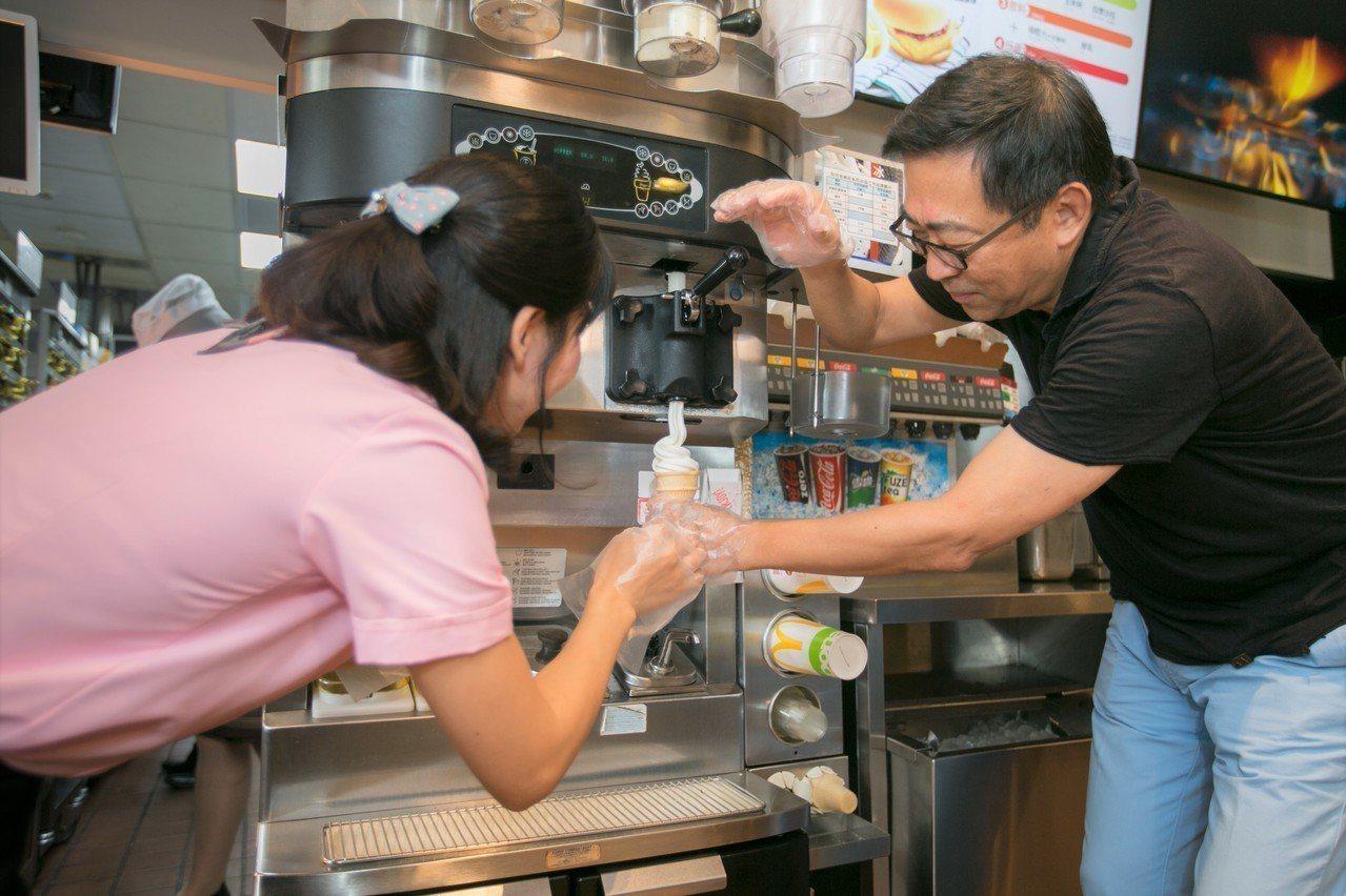 移民署長楊家駿與新住民求職者,進行一日麥胞體驗。圖/麥當勞提供
