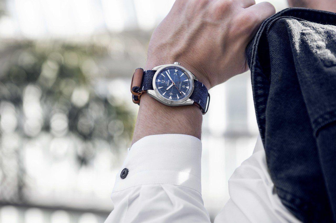歐米茄以丹寧風格為靈感,推出全新鐵霸系列同軸擒縱大師天文台腕表。圖/OMEGA提...