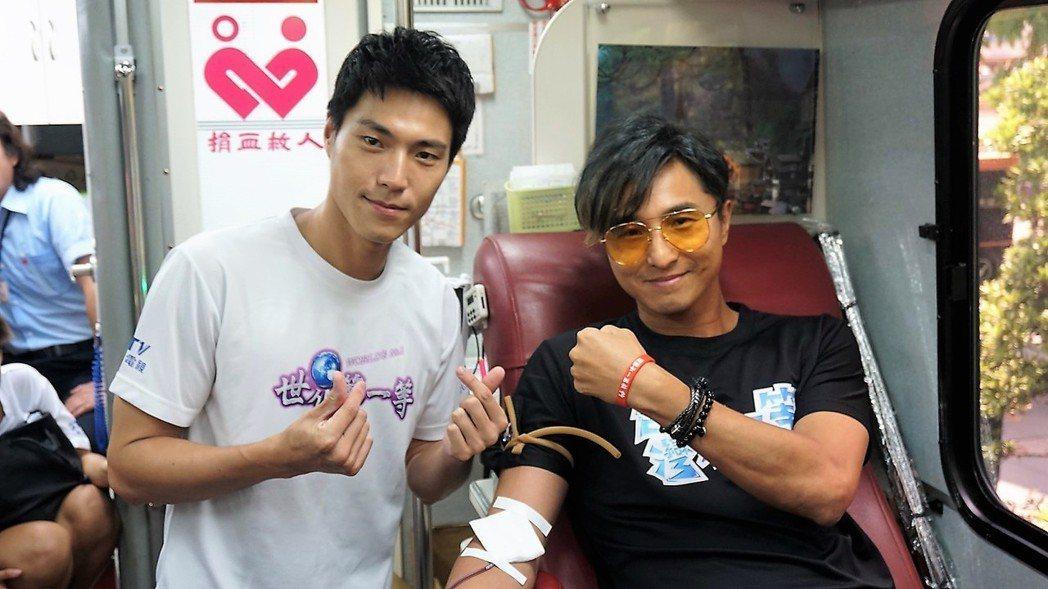 王少偉(右)和唐振剛一起加入捐血行列。圖/八大提供