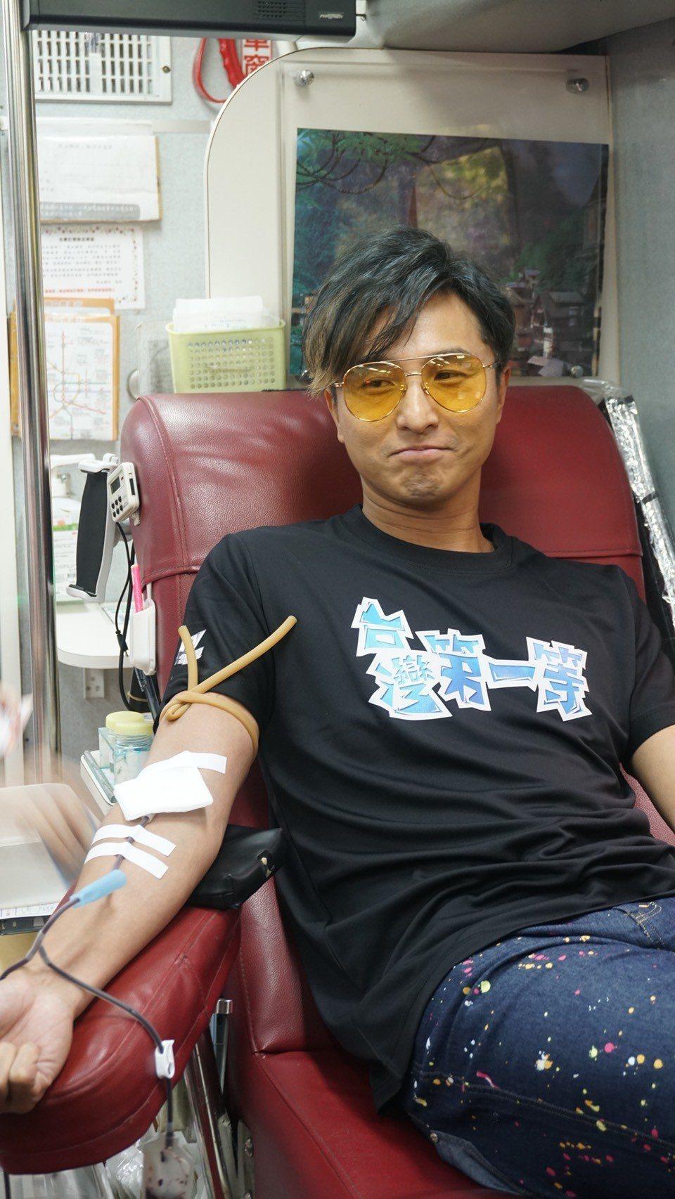 王少偉首次挽起袖子捐血。圖/八大提供