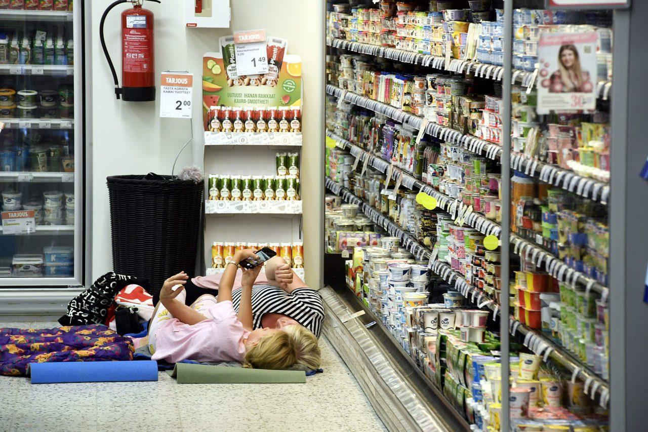 芬蘭高溫難耐,赫爾辛基一家便利商店4日邀請顧客在冷藏貨架旁打地鋪過夜,清涼一整晚...
