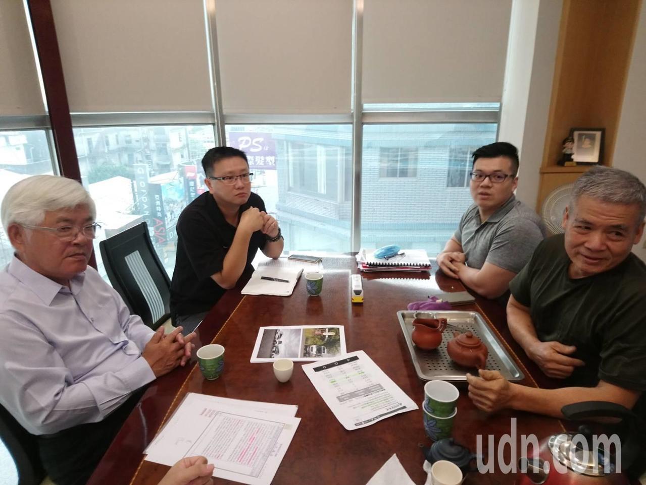雲林縣長李進勇(左一)下午前往溝通協調。結束後日統客運董事長林義風表示,若中央能...