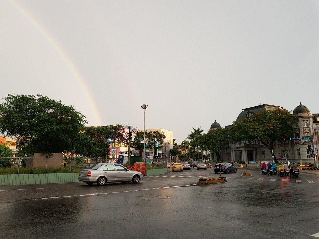 台南市傍晚台灣文學館附近出現漂亮的霓虹,吸引許多群眾拍照。記者修瑞瑩╱攝影