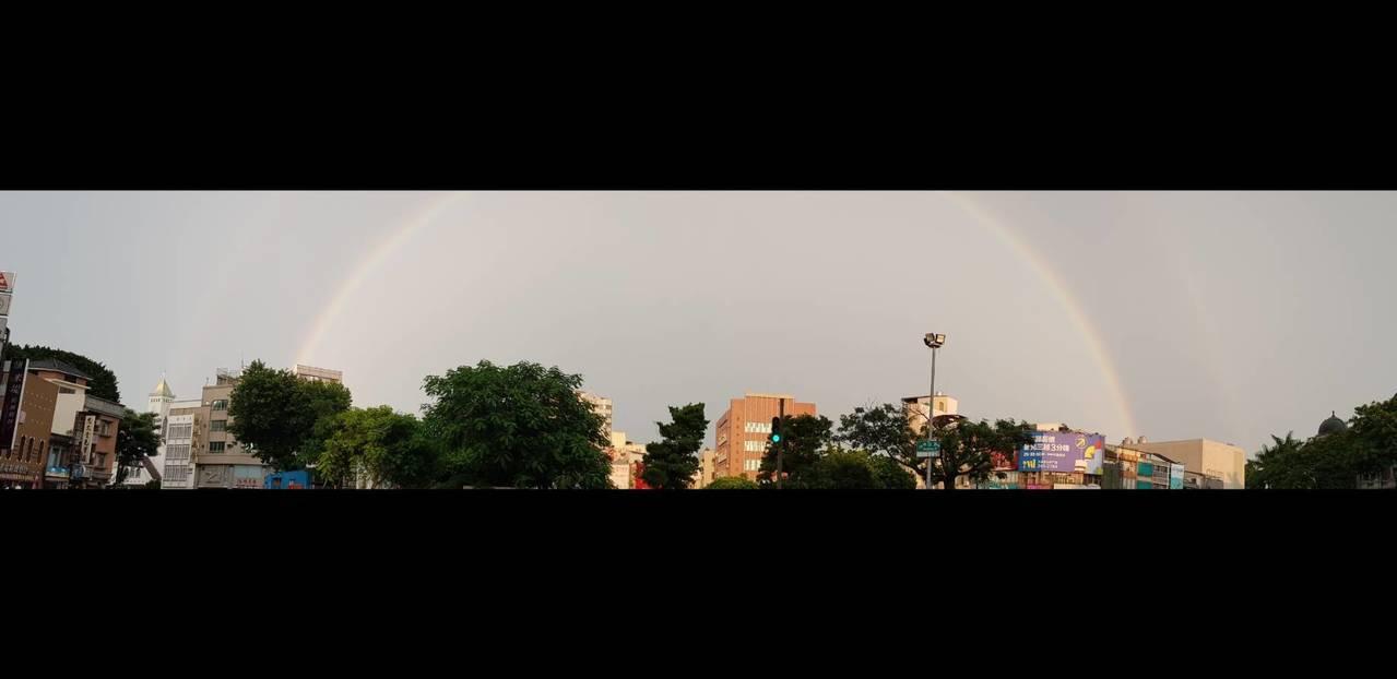 台南市傍晚台灣文學館附近出現漂亮的霓虹。記者修瑞瑩╱攝影