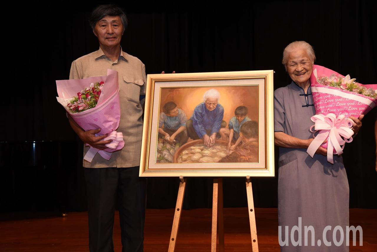 施並錫教授(左)手繪陳綢阿嬤帶著少年洗菜頭的油畫。記者張家樂/攝影